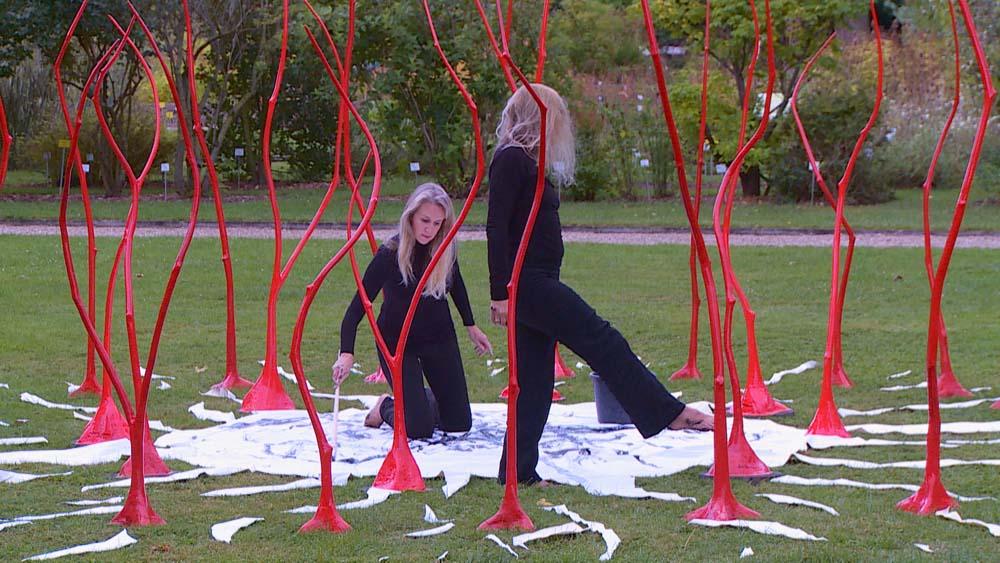 """Installation """"31 Grazien"""" von Jeannette de Payrebrune – Performance """"Artist in process"""" mit Ilona Pászthy"""